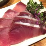 門前仲町「ますらお(立ち飲み)」ブリ刺と煮穴子にぎりに舌鼓!元寿司職人のコスパ最強立ち飲み