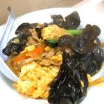 新宿「岐阜屋」木耳と玉子炒めでホッピーがすすむ!昼飲みできる呑んべえ御用達の老舗中華食堂